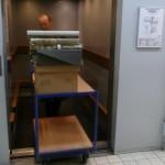 Le magasinier descend les documents demandés en salle de lecture
