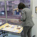 Sylvie photographie la maquette de son panneau