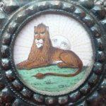 Le détail de la décoration du Lion et du Soleil
